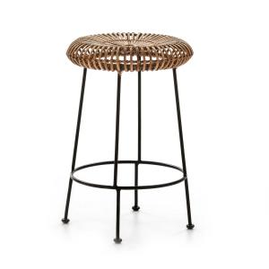 Taburete alto contemporáneo de estructura metálica cromada en negro. Asiento circular de mimbre natural.