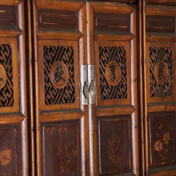 Armario de estilo oriental elaborado artesanalmente Tiene estantes y cajones.