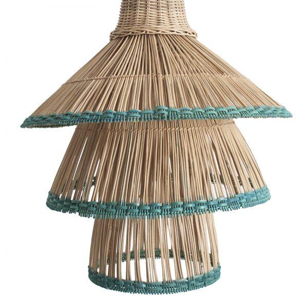 Lámpara de techo de ratán con terminación cromática verde.