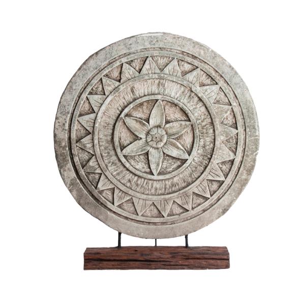 figura decorativa de piedra de forma redondeada tallada de forma artesanal creando un mandala